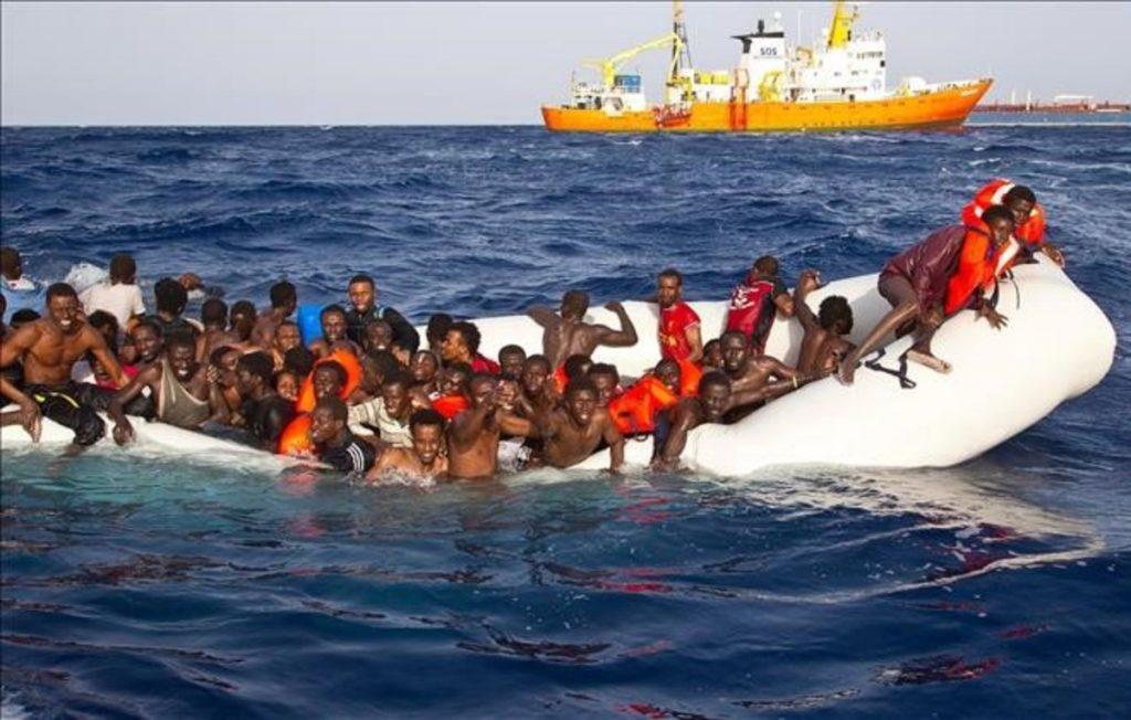 migrantes-barco-mar-personas